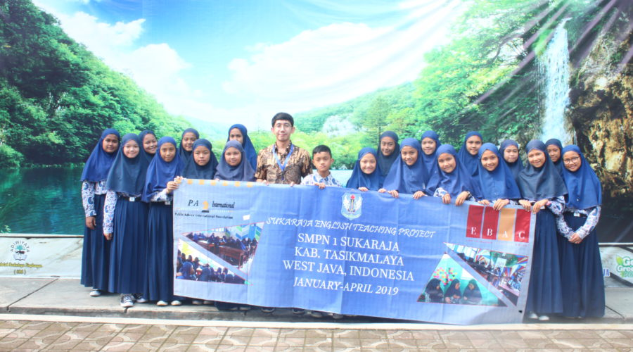 EBAC Lecturer Nanak Hikmatallah at SMPN 1 Sukaraja, one of the schools involved in the Sukaraja-Sukapura English Teaching Project.