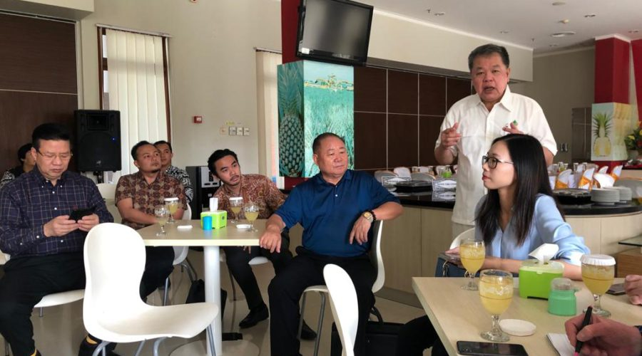 Potential Chinese investors in Sumatra's agri-food and husbandry sectors following a devastating outbreak of African Swine Fever decimating pork production in China, addressed by Great Giant Foods company Board Member Mr Setiawan Achmad. (October 2019)