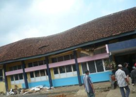 The earthquake severely damaged the roof of one of the school buildings