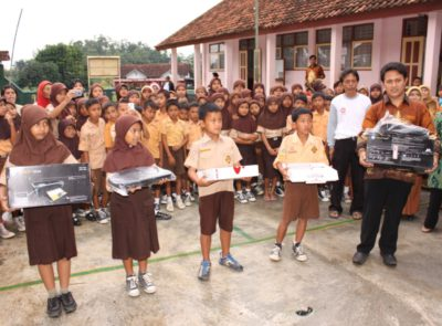 TCF regularly awards Tasik schools that organize English-language performances by their students (singing, poetry, theatre plays) with IT materials to improve their learning experience